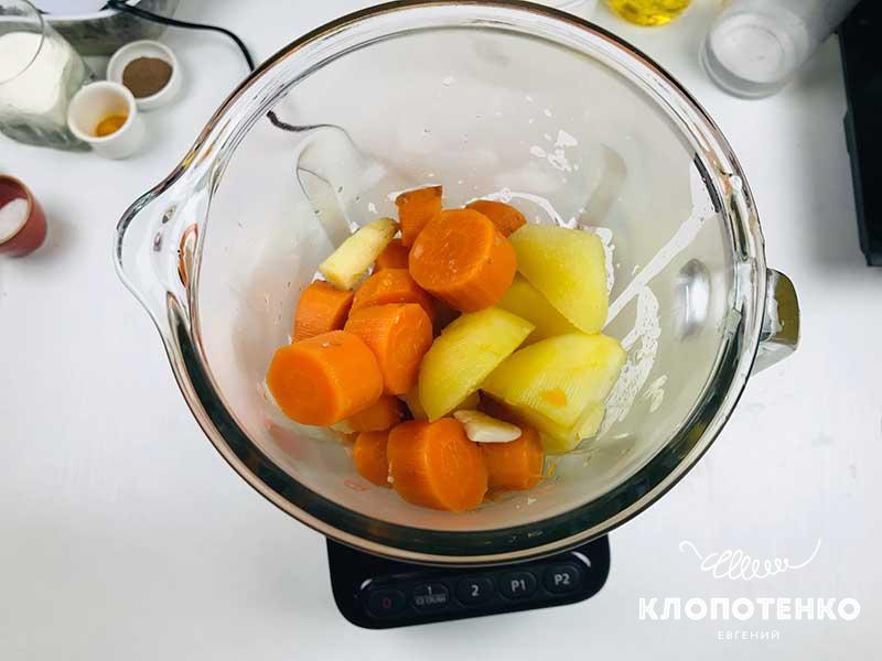 Готовые овощи переложите в чашу блендера