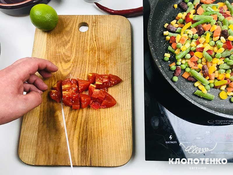 Порежьте томаты