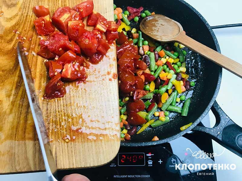 Порезанные томаты выложите на сковородку