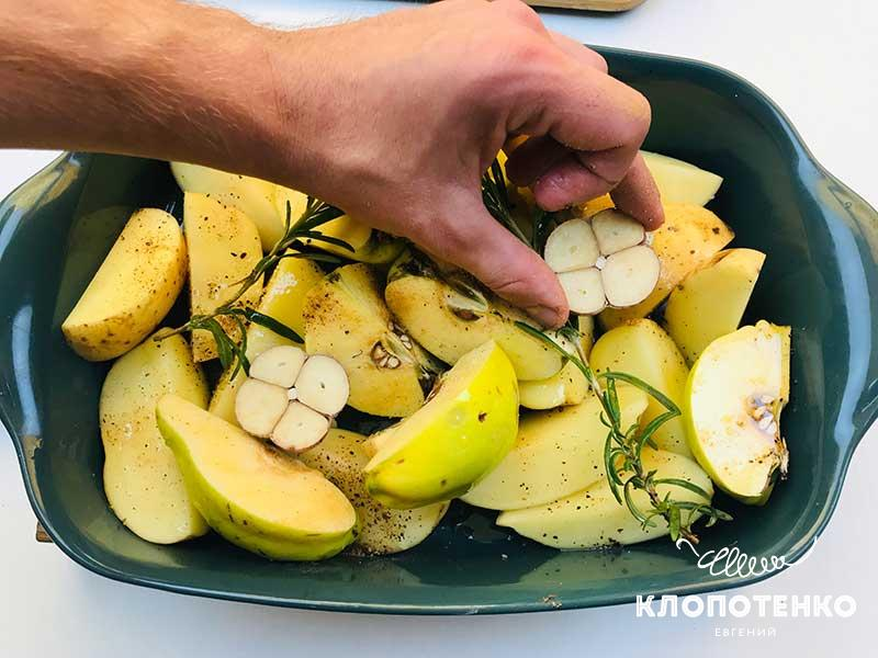 Добавьте 2-3 веточки розмарина, головку чеснока
