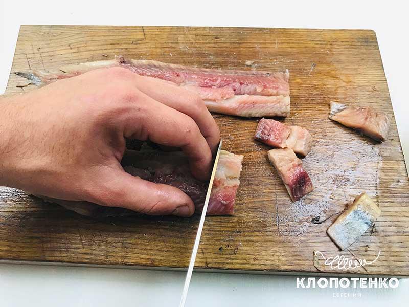 РАзрезаем филе сельди на бутерброды