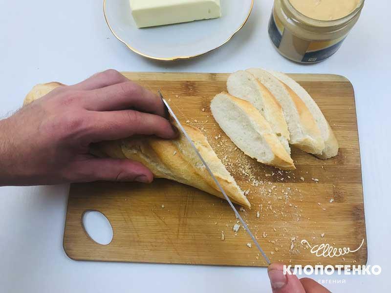 Режем багет на бутерброды с селедкой