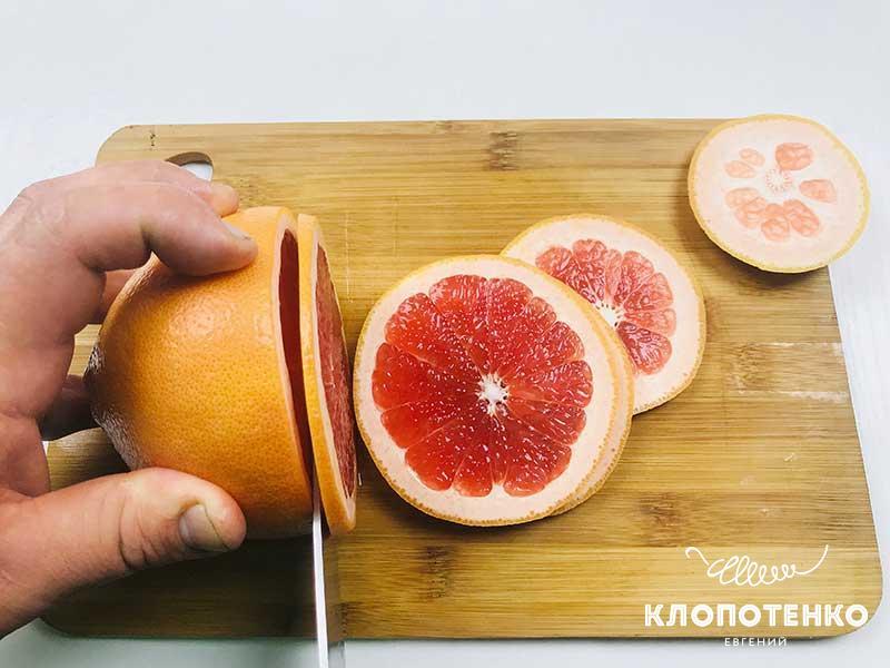 Нарежьте грейпфрут кружочками