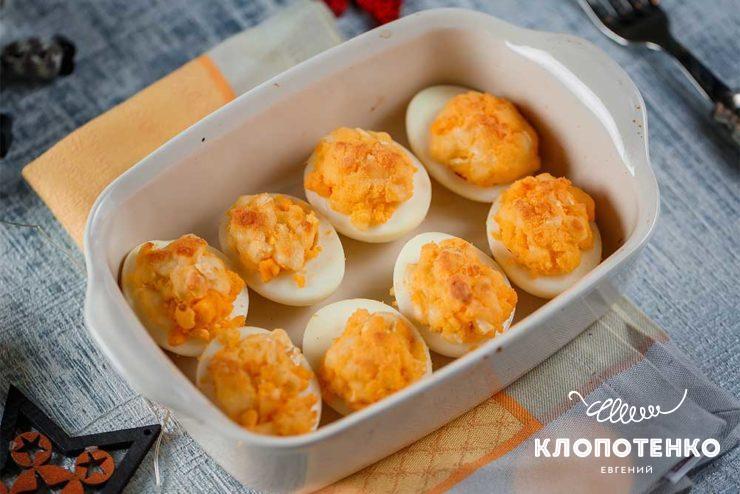 Яйця, фаршировані сиром брі