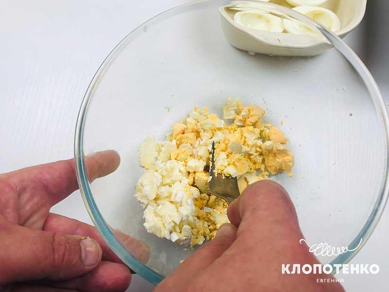 Смешайте желток с мелкорубленым сыром бри
