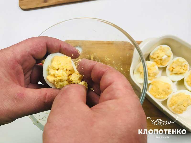 Наполните белок начинкой и запекайте в духовке