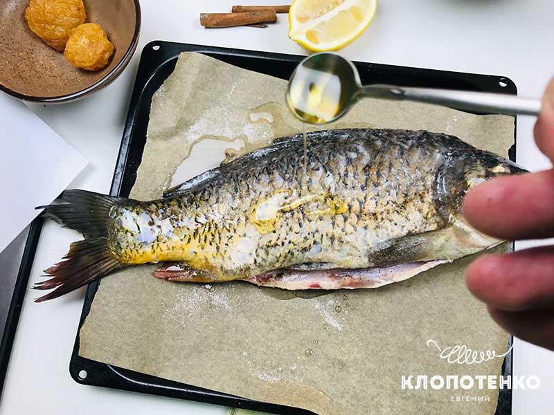 Полейте рыбу растительным маслом