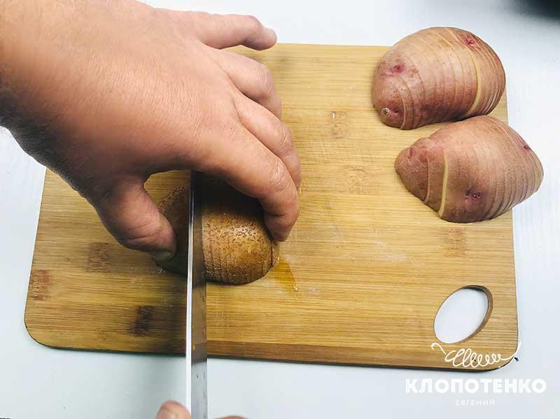 Нарежьте картофель на тонкие дольки