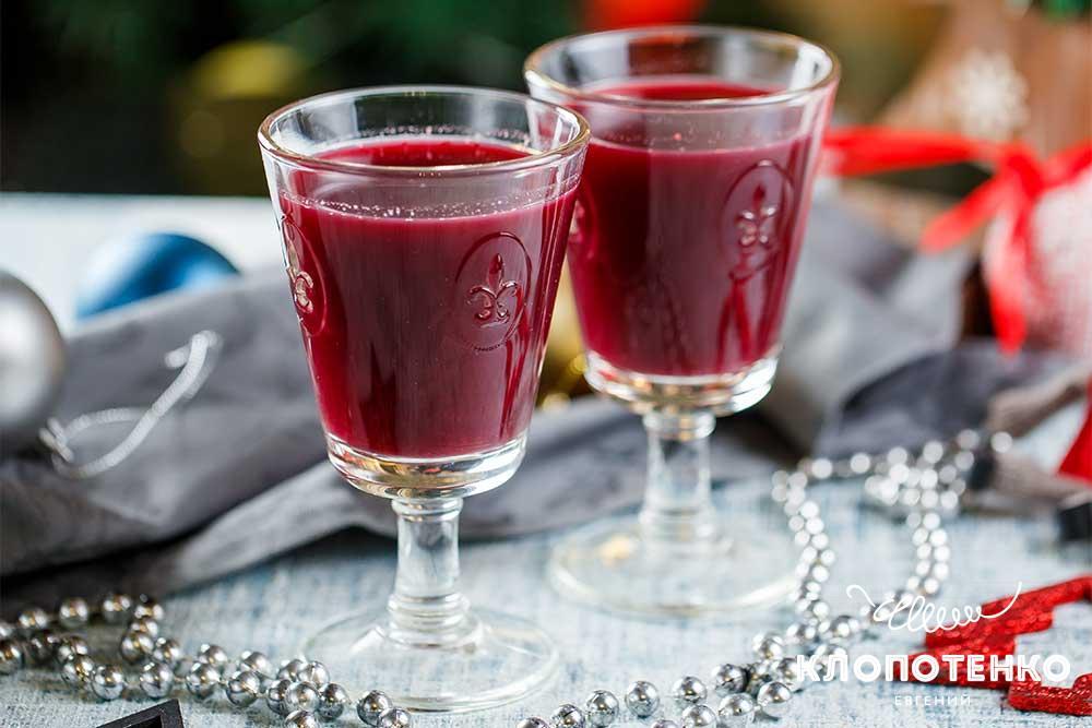 Коктейль з червоного вина з ягодами