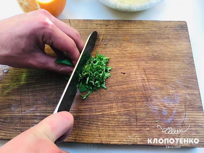 Листья мяты мелко порубите ножом