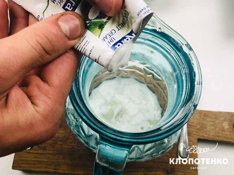 Добавьте 65 мл кокосовых сливок