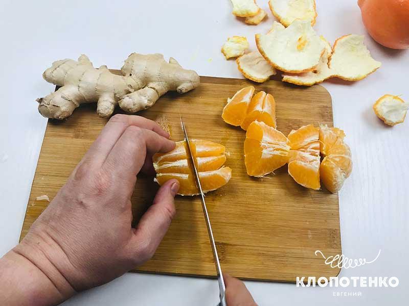 Нарежьте мандарины произвольными кусочками
