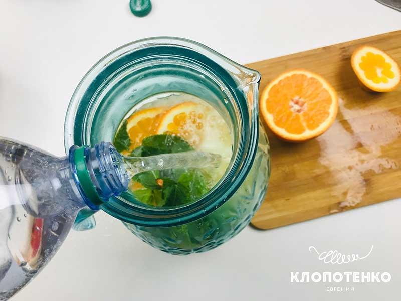 Разбавьте сироп сильногазированной столовой водой