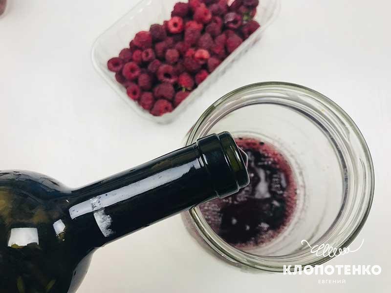 Налейте в большую стеклянную емкость 200 мл сухого красного вина