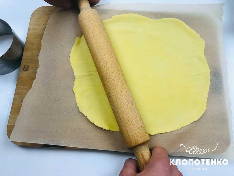 Раскатайте тесто в тонкий пласт