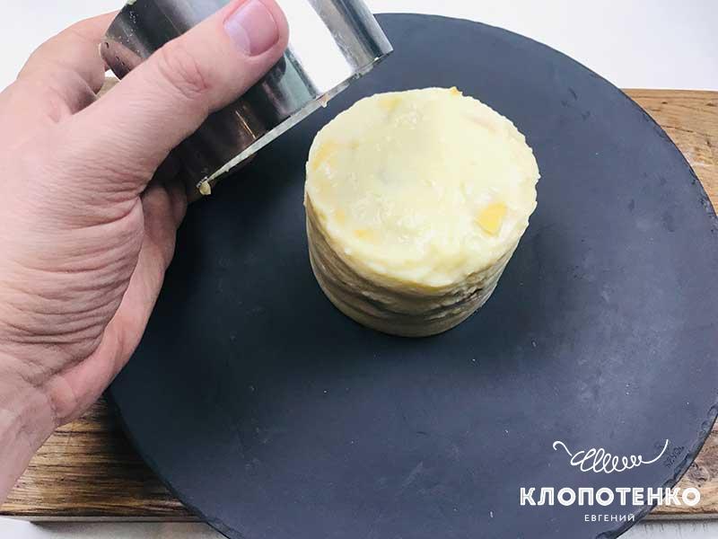 Удалите формовочное кольцо и дайте десерту пропитаться