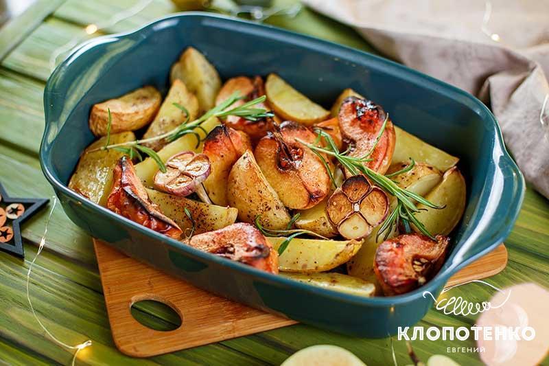 Запеченный картофель с айвой