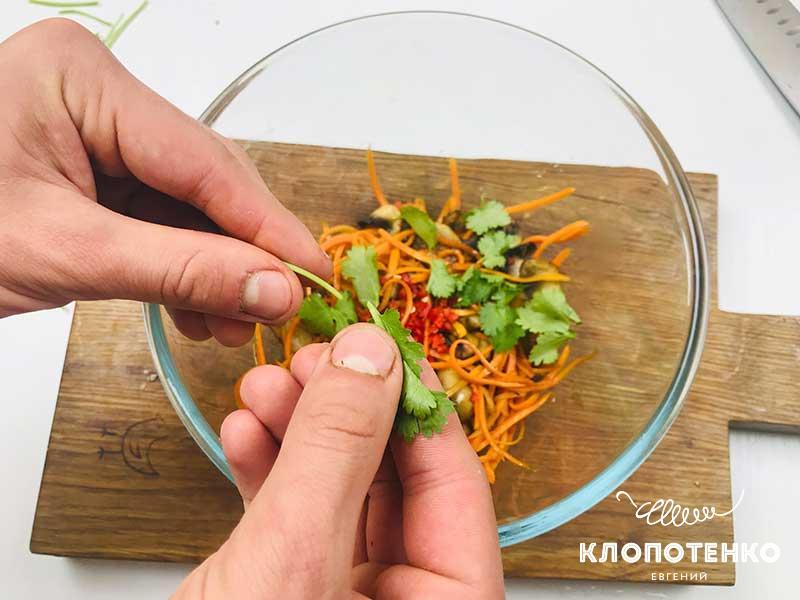 Добавьте в миску листики петрушки