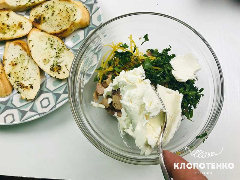 Добавьте к начинке крем-сыр