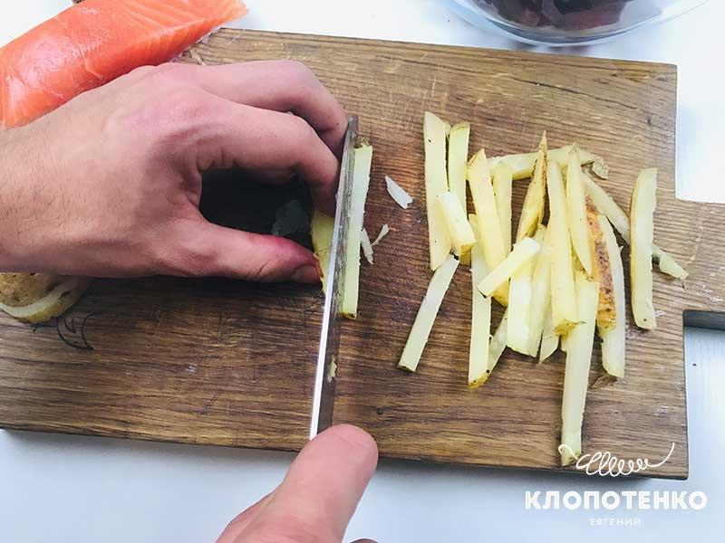 Нарежьте запеченный картофель соломкой