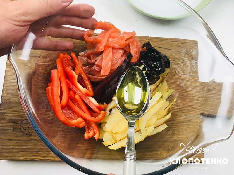 Соедините все ингредиенты в миске и полейте маслом