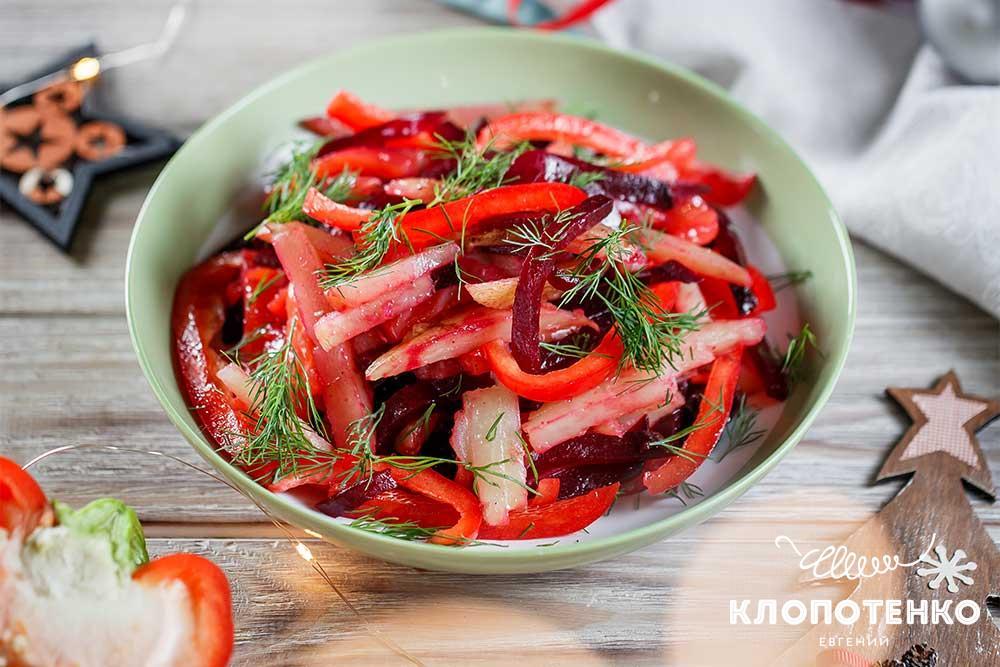 Салат с красной рыбой и маринованными сливами