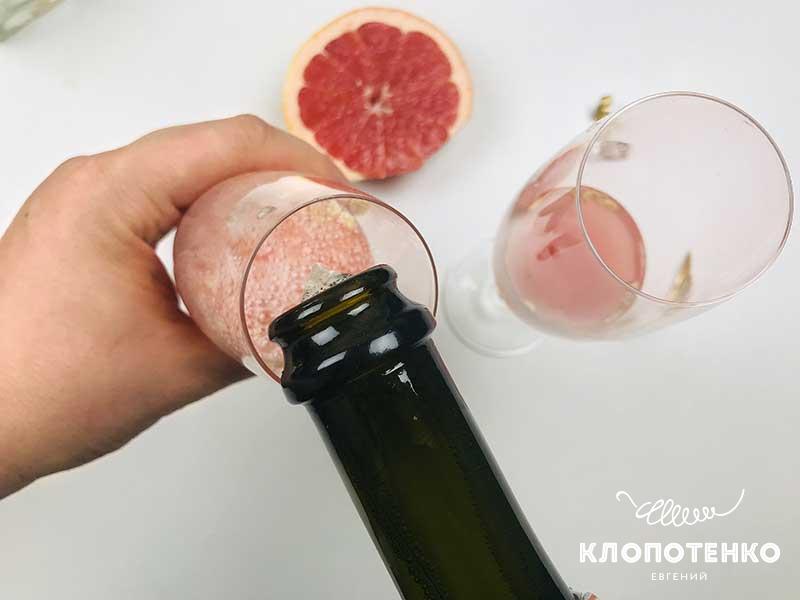 Долейте в бокалы с соком игристое вино