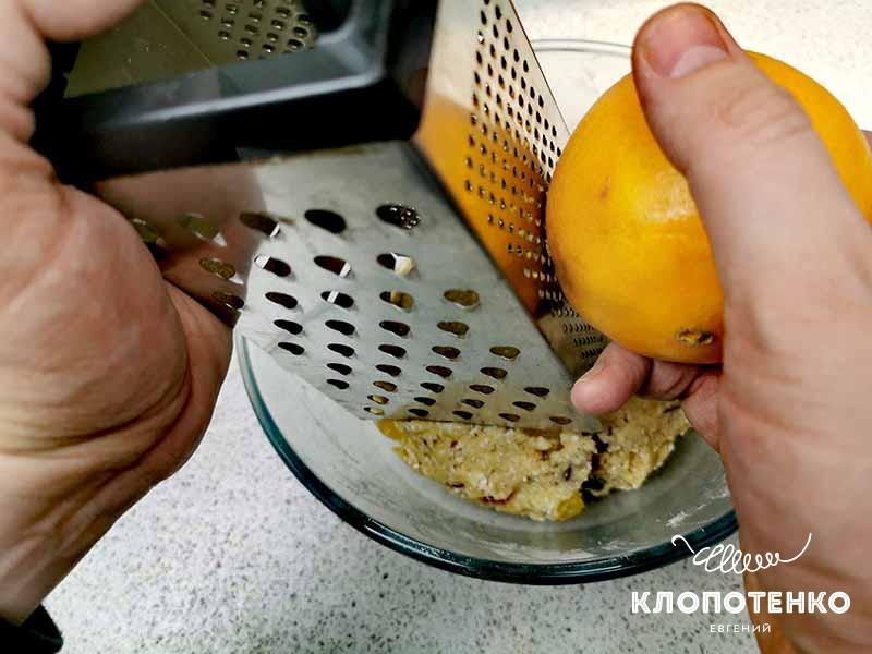 Натрите в тесто цедру одного апельсина