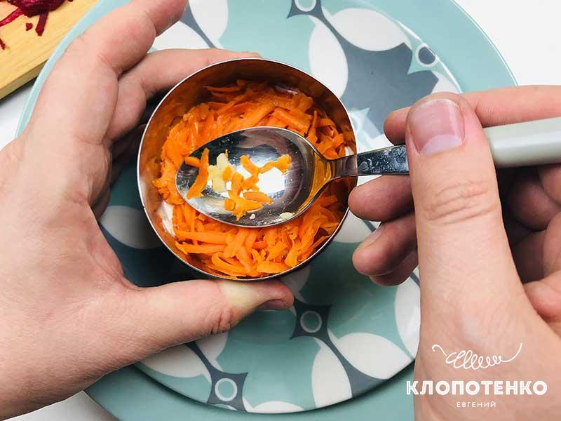 Сверху выложите слой моркови