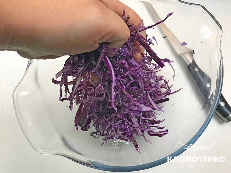 тщательно перетрите капусту с солью