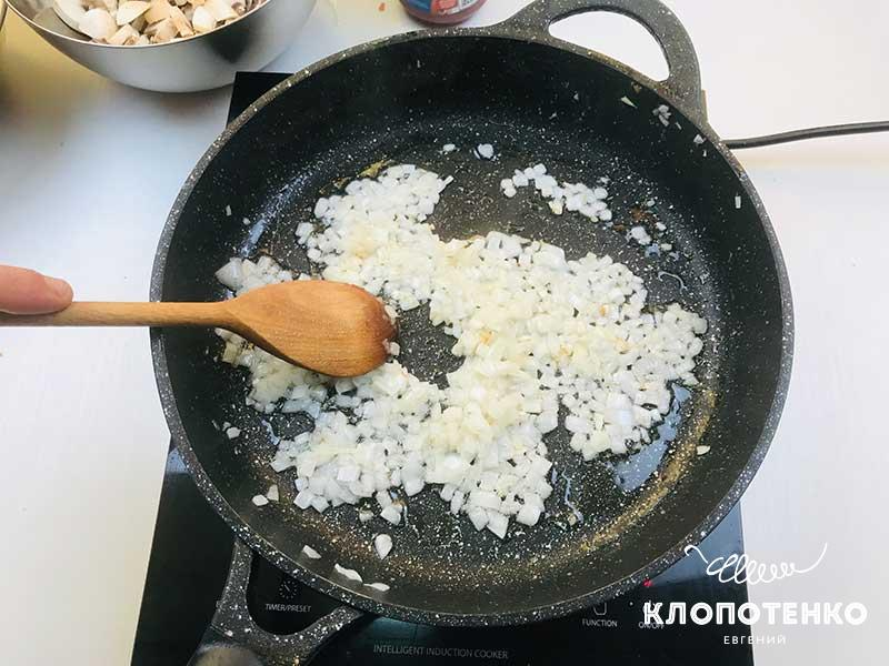 Обжарьте нарезанный лук