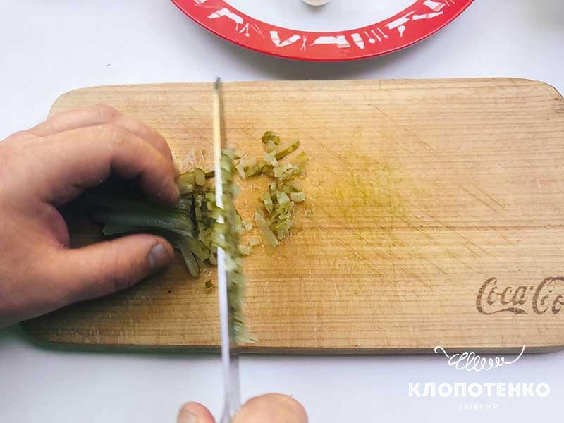 Нарежьте соленый огурец