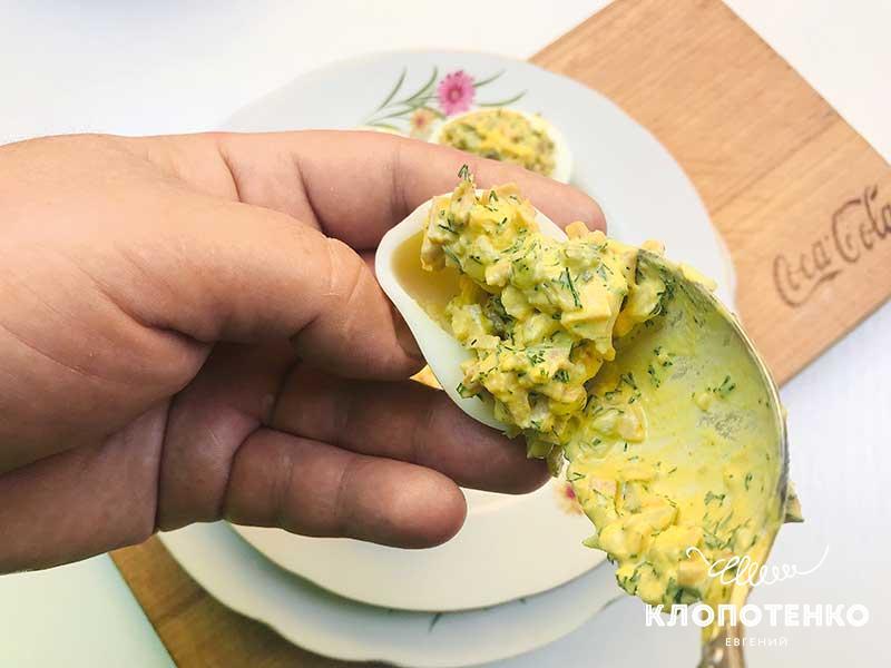 Наполните яичные белки начинкой