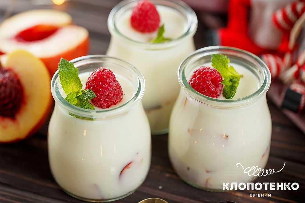Десерт з йогурту із фруктами