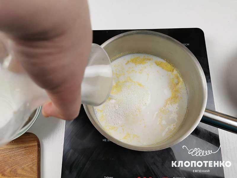 Залейте крупу молоком