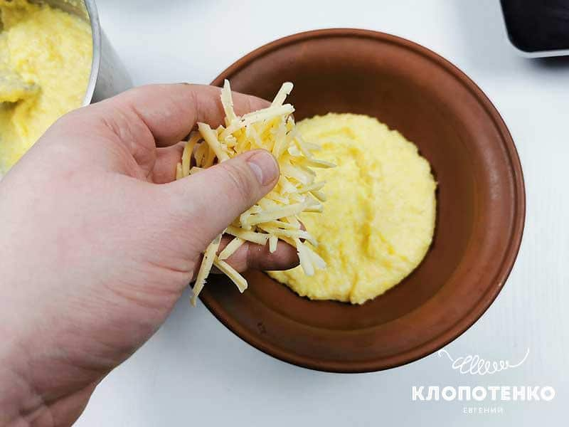 Добавьте слой тертого твердого сыра
