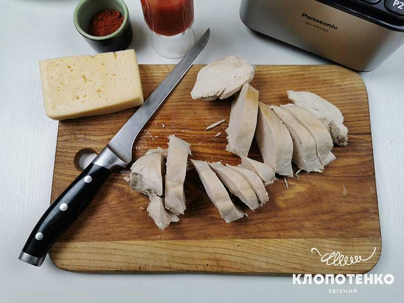 Куриное филе остудите и порежьте