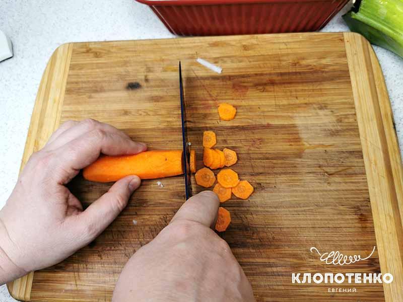 режем морковь. Рыба в томате