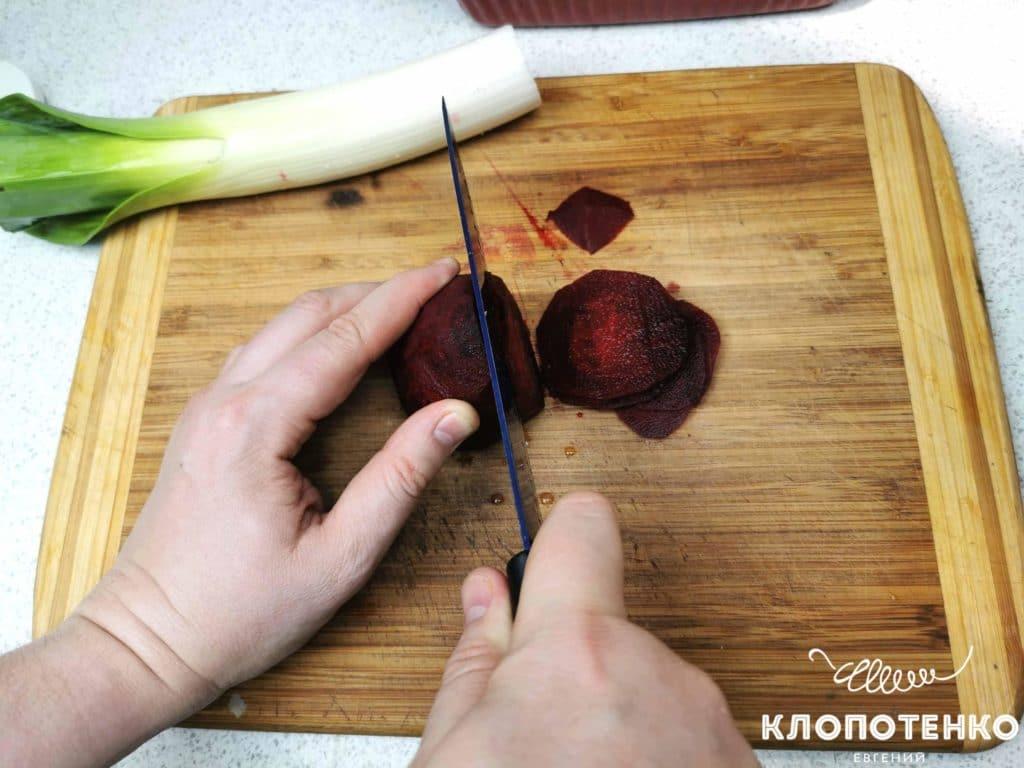 режем свеклу для минтая в томате