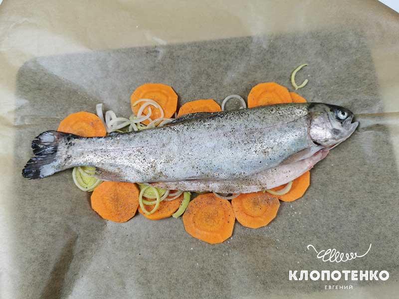 Выложите рыбу на овощи