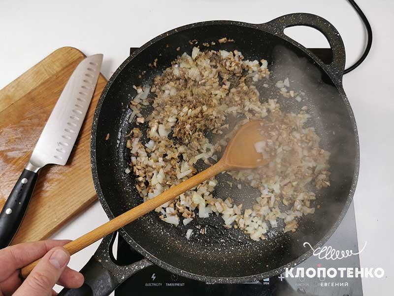 Пожарьте грибы с луком