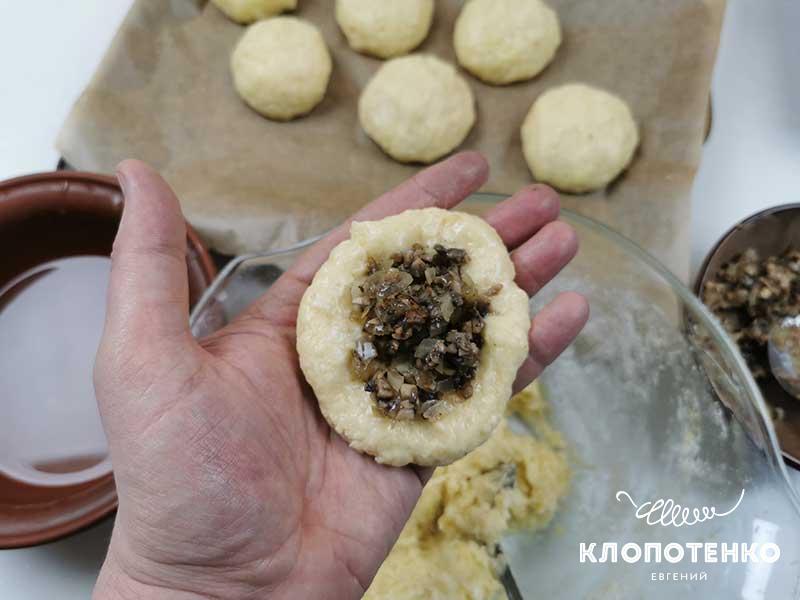 Сформируйте из картофельного теста круг и выложите начинку