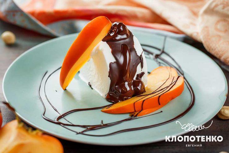 Мороженое с шоколадом и хурмой