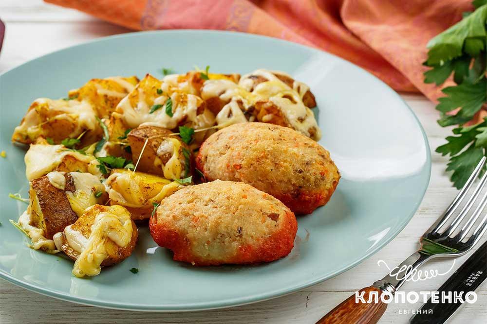 Рибні котлети в духовці із запеченою картоплею