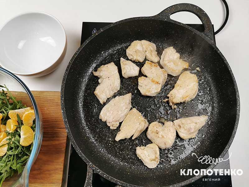Обжарьте куриное филе