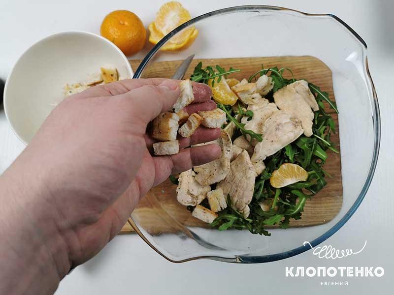 Добавьте в салатник филе и сухарики