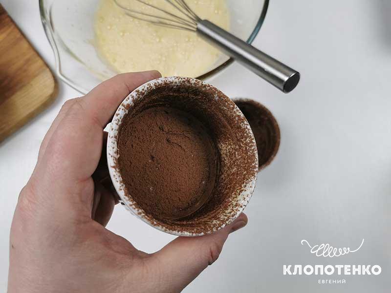 Смажьте формы маслом и какао