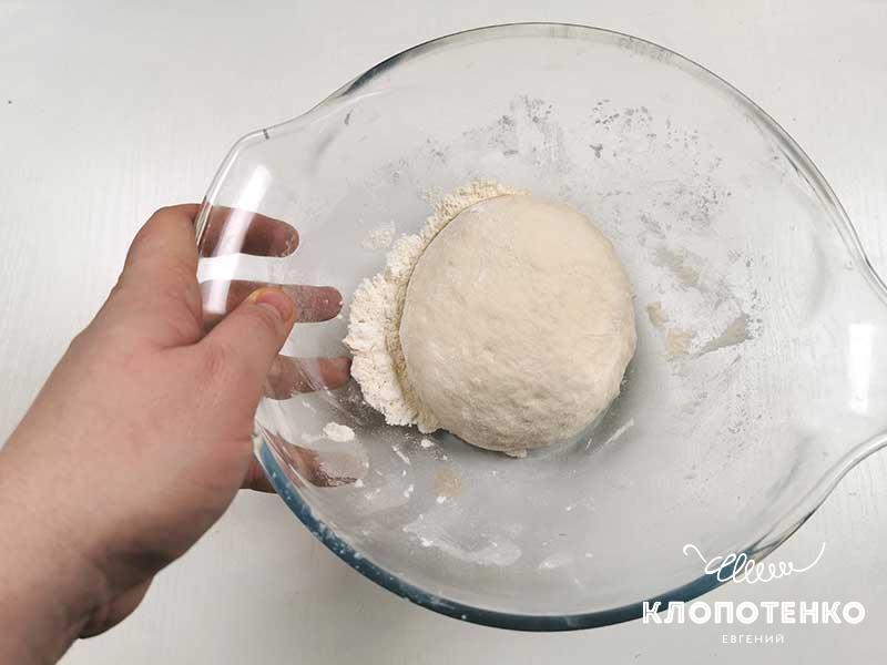 Замешайте мягкое тесто