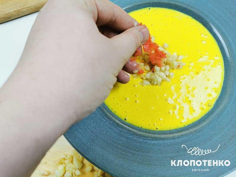Украсьте суп яблоком и имбирем