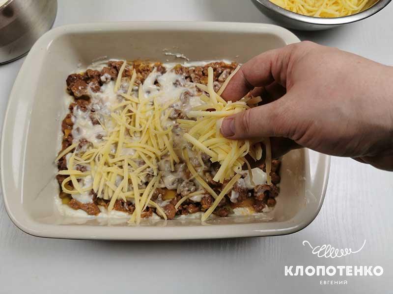 Посыпьте третью тертого твердого сыра